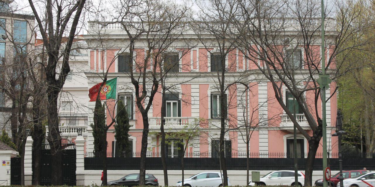 """<span class=""""entry-title-primary"""">Profesores madrileños piden un asilo simbólico a la embajada de Portugal</span> <span class=""""entry-subtitle"""">La Asamblea de Docentes por la Pública de Madrid simpatiza con la apuesta portuguesa por la educación pública</span>"""