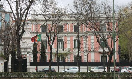 """<span class=""""entry-title-primary"""">Professores de Madrid pedem asilo simbólico para a embaixada portuguesa</span> <span class=""""entry-subtitle"""">A 'Asamblea de Docentes por la Pública de Madrid' simpatiza com o compromisso português pela educação pública</span>"""
