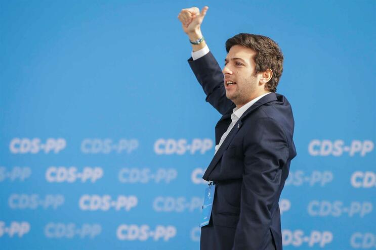 """<span class=""""entry-title-primary"""">Francisco Rodrigues dos Santos es elegido nuevo líder del partido portugués CDS</span> <span class=""""entry-subtitle"""">El Centro Democrático Social, partido bisagra de centroderecha, obtuvo uno de sus peores resultados en las últimas elecciones</span>"""