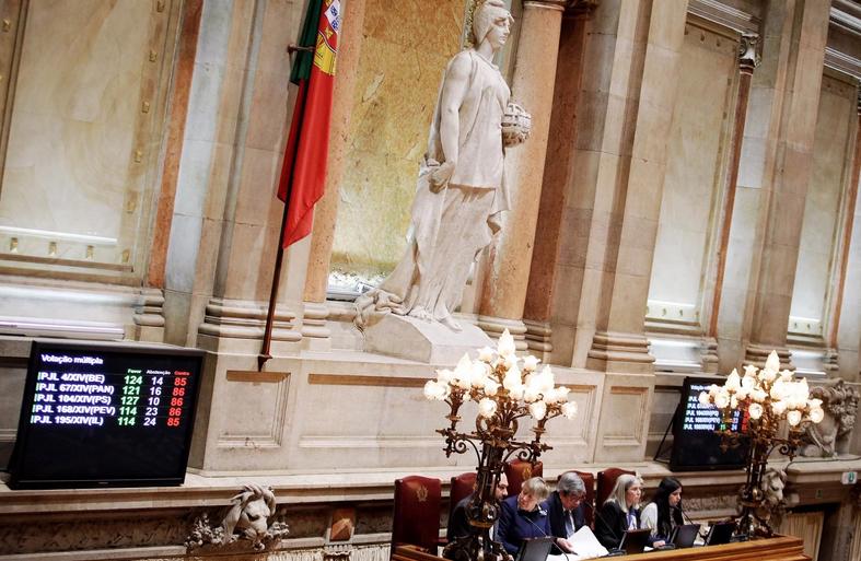 """<span class=""""entry-title-primary"""">Portugal se une a España y aprueba la muerte asistida</span> <span class=""""entry-subtitle"""">Al segundo intento, el sí a la eutanasia ha ganado este jueves en el Parlamento luso</span>"""