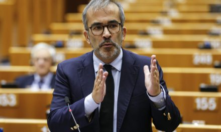 """<span class=""""entry-title-primary"""">Paulo Rangel: """"Podíamos ter uma política de exportação alinhada das línguas ibéricas""""</span> <span class=""""entry-subtitle"""">O eurodeputado português afirma que """"o Iberolux não é uma União Ibérica"""" e apoia uma """"cooperação mais avançada na saúde""""</span>"""