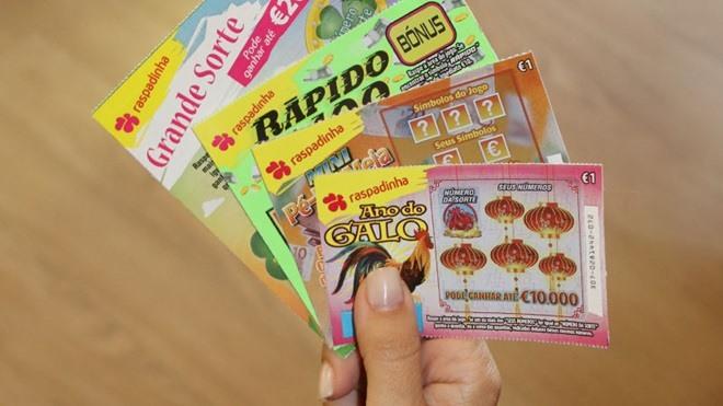 """<span class=""""entry-title-primary"""">Crece el número de portugueses «adictos» a las tarjetas de raspa y gana</span> <span class=""""entry-subtitle"""">Este popular juego se puede comprar en papelerías, quioscos y cafeterías</span>"""