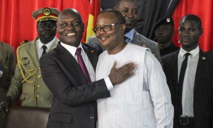 """<span class=""""entry-title-primary"""">Novo presidente da Guiné-Bissau, Sissoco Embaló, destitui primeiro-ministro Aristides Gomes</span> <span class=""""entry-subtitle"""">Crise política leva a recomendações de cuidado</span>"""