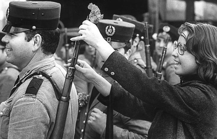 """<span class=""""entry-title-primary"""">Os protagonistas da Revolução dos Cravos</span> <span class=""""entry-subtitle"""">Vendedoras de flores, militares, políticos e jornalistas foram alguns dos que estiveram na linha de frente</span>"""