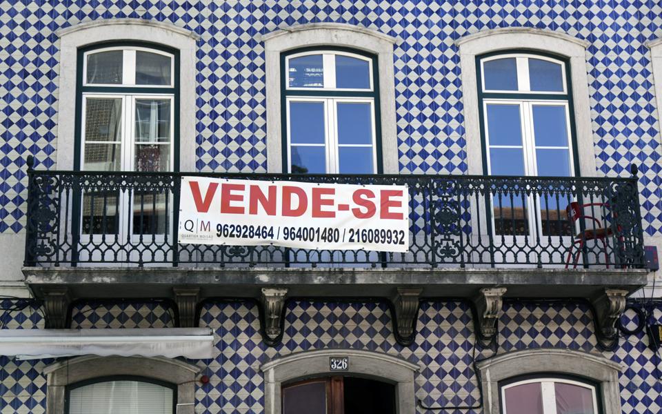 """<span class=""""entry-title-primary"""">Pandemia trava o auge imobiliário em Portugal</span> <span class=""""entry-subtitle"""">A queda do turismo e dos compradores estrangeiros vão contribuir para este declínio económico</span>"""