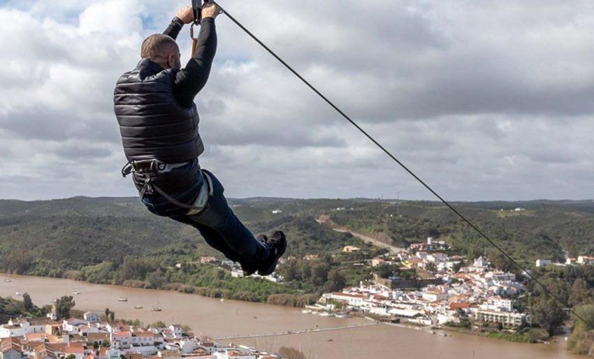 """<span class=""""entry-title-primary"""">Un salto sin fronteras</span> <span class=""""entry-subtitle"""">Sanlúcar de Guadiana (España) y Alcoutim (Portugal), dos municipios unidos por una tirolina singular</span>"""