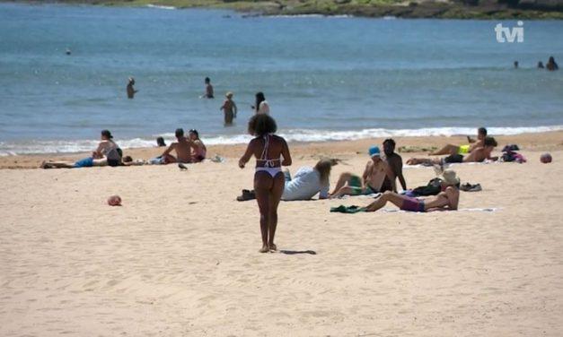 Calor traz corrida às praias em período de desconfinamento