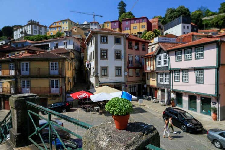"""<span class=""""entry-title-primary"""">São João entre «portões»</span> <span class=""""entry-subtitle"""">A noite mais longa do norte deu lugar ao silencio</span>"""