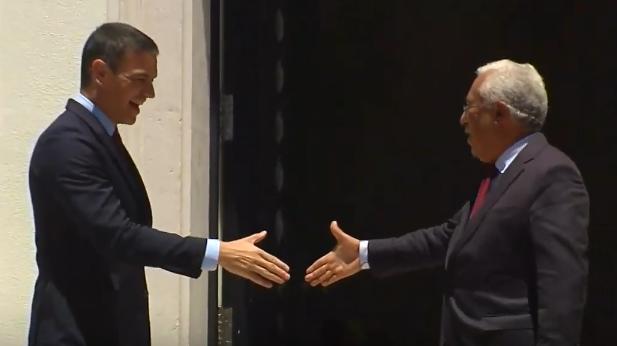 """<span class=""""entry-title-primary"""">Espanha e Portugal relançam as suas relações bilaterais ao adiantarem a Cimeira Ibérica da Guarda para final de Setembro ou princípio de Outubro</span> <span class=""""entry-subtitle"""">Pedro Sánchez e António Costa mantiveram uma reunião de trabalho em Lisboa que teve como principais assuntos a Europa e a agenda bilateral</span>"""