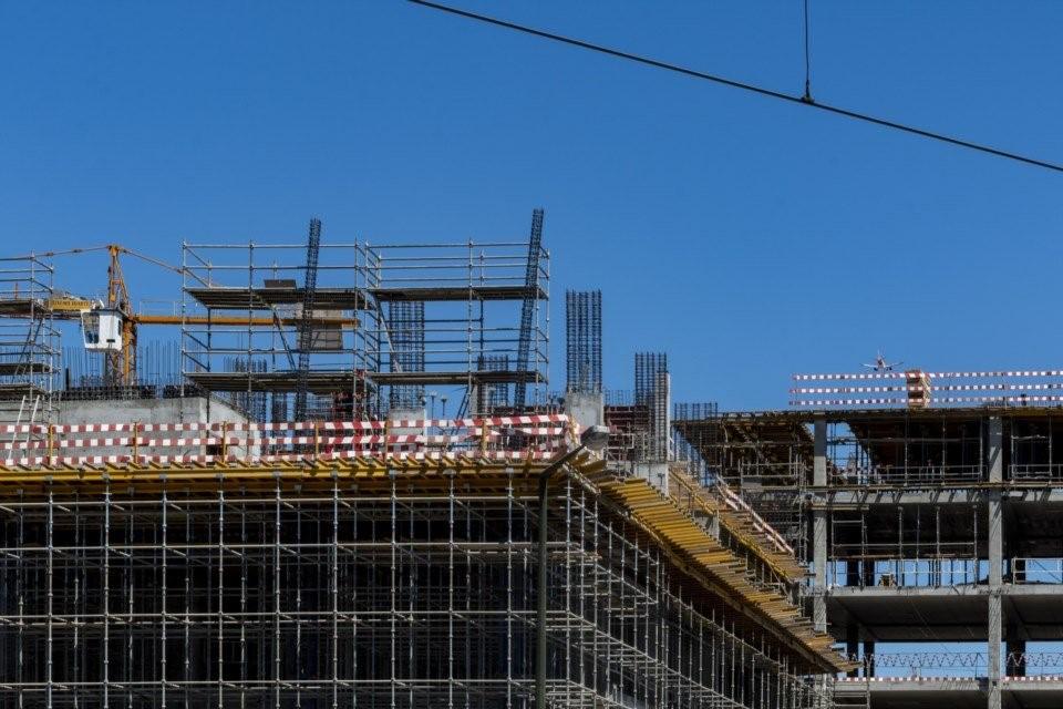 """<span class=""""entry-title-primary"""">Obras públicas entregues a empresas espanholas</span> <span class=""""entry-subtitle"""">As cinco maiores companhias conseguiram contratos de mil milhões de euros</span>"""