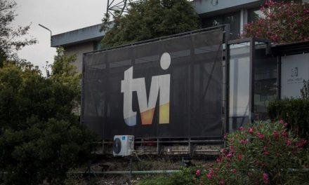 """<span class=""""entry-title-primary"""">La TVI (Televisión Independiente) vuelve a estar en manos portuguesas</span> <span class=""""entry-subtitle"""">La participación de PRISA en el canal de televisión ha sido vendida a un grupo de accionistas famosos</span>"""