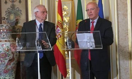 """<span class=""""entry-title-primary"""">Santos Silva e Josep Borrell já preparam presidência portuguesa</span> <span class=""""entry-subtitle"""">O ministro dos Negócios Estrangeiros iniciou em Bruxelas as discussões «formais» com o Alto Representante da UE para a Política Externa</span>"""