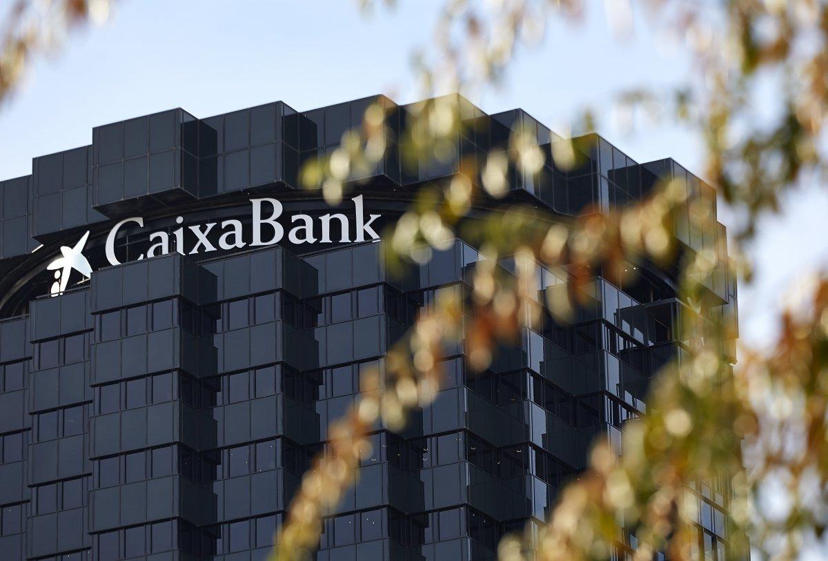 """<span class=""""entry-title-primary"""">CaixaBank obteve um lucro atribuível de 726 milhões de euros</span> <span class=""""entry-subtitle"""">O rendimento do núcleo permanece praticamente estável</span>"""