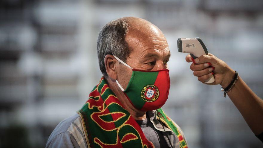 """<span class=""""entry-title-primary"""">Portugal aprova uso obrigatório de máscara na rua durante três meses</span> <span class=""""entry-subtitle"""">A iniciativa foi apoiada pelos socialistas e PSD e CDS</span>"""