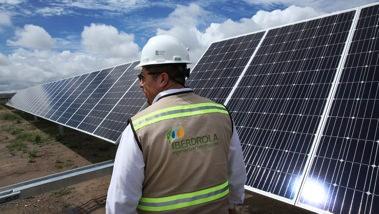 """<span class=""""entry-title-primary"""">Iberdrola aposta na energia solar e na descarbonização</span> <span class=""""entry-subtitle"""">Incentivos para a instalação de painéis solares impulsionam renováveis</span>"""