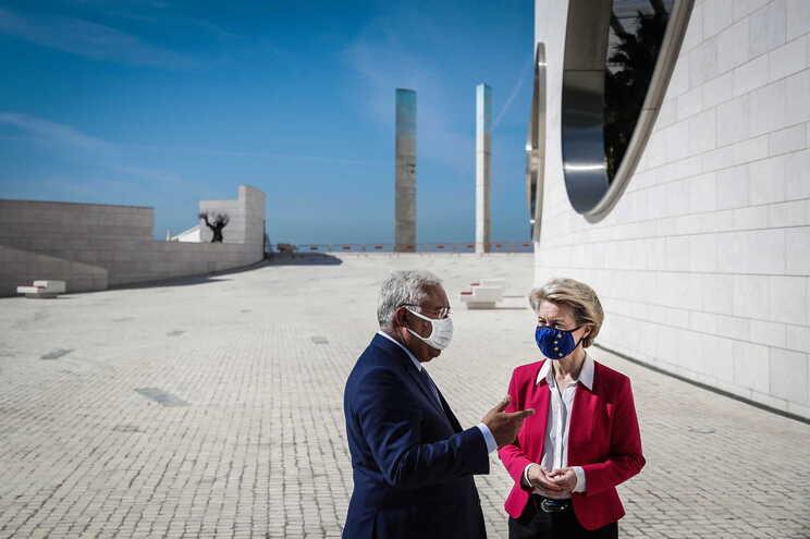 """<span class=""""entry-title-primary"""">Portugal recebe Úrsula Von der Leyen com os olhos postos no futuro</span> <span class=""""entry-subtitle"""">Presidente da Comissão Europeia apadrinha «Plano de Recuperação e Resiliência» e discute presidência portuguesa</span>"""