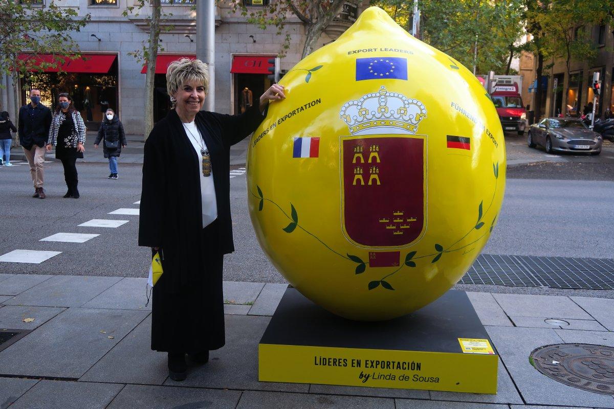 """<span class=""""entry-title-primary"""">Oito limões gigantes decoram o centro de Madrid</span> <span class=""""entry-subtitle"""">A artista portuguesa Linda de Sousa participa no projeto</span>"""