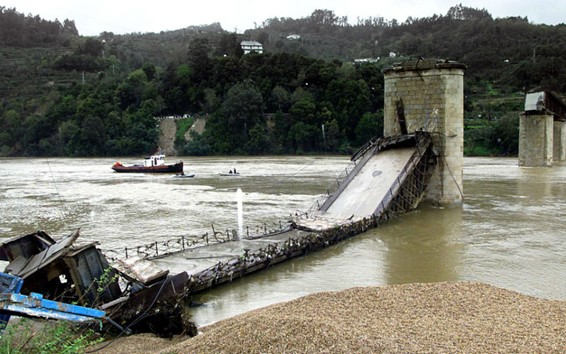 """<span class=""""entry-title-primary"""">Entre-os-Rios: A ponte da saudade</span> <span class=""""entry-subtitle"""">Vinte anos de uma das maiores tragédias da história recente de Portugal</span>"""
