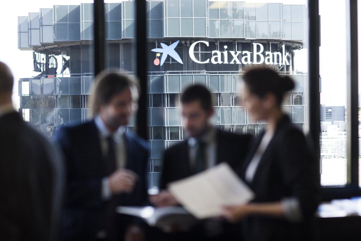 """<span class=""""entry-title-primary"""">CaixaBank lidera las emisiones de bonos verdes, sociales y sostenibles en España y Portugal</span> <span class=""""entry-subtitle"""">En 2019 emitió su primer bono social que contribuyó a la creación de más de 1.000 empresas y 8.200 puestos de trabajo</span>"""
