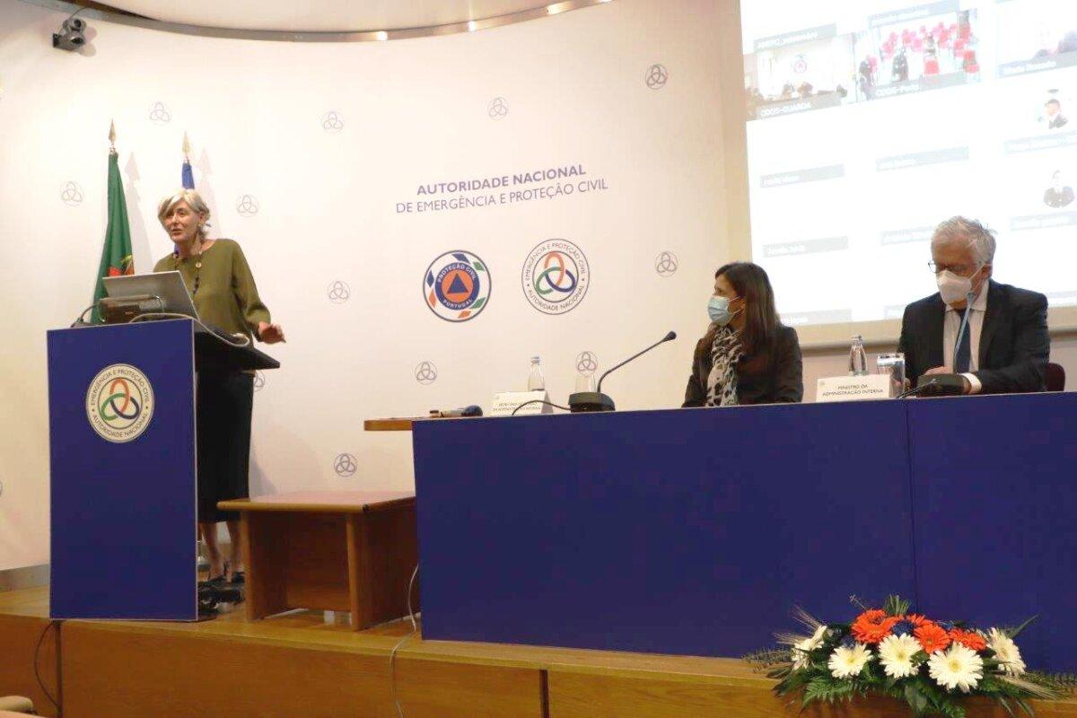 A embaixadora espanhola condecora a título póstumo ao piloto português Jorge Manuel Santana Jardim