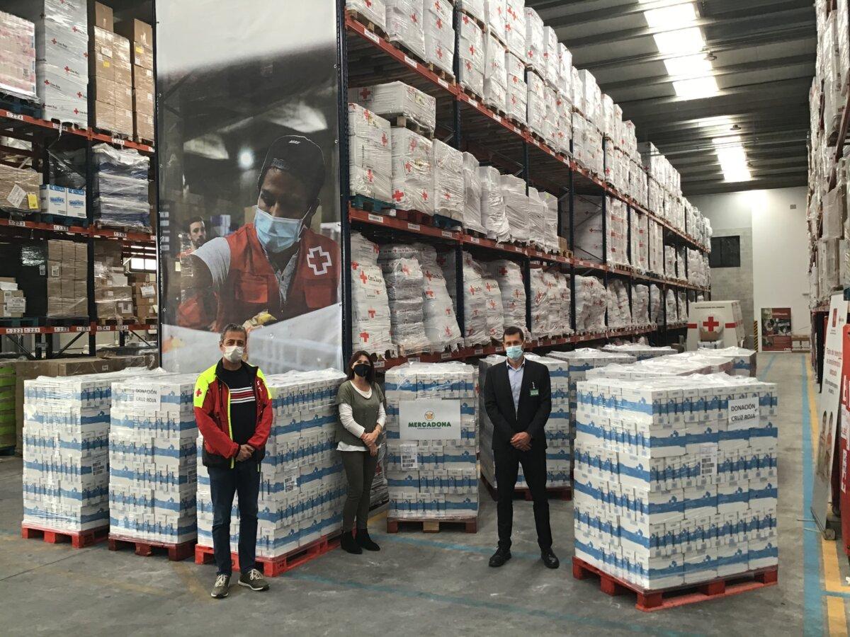 """<span class=""""entry-title-primary"""">Mercadona entrega 10.800 litros de leche a la Cruz Roja de Cataluña</span> <span class=""""entry-subtitle"""">La compañía colabora diariamente con 156 entidades sociales</span>"""